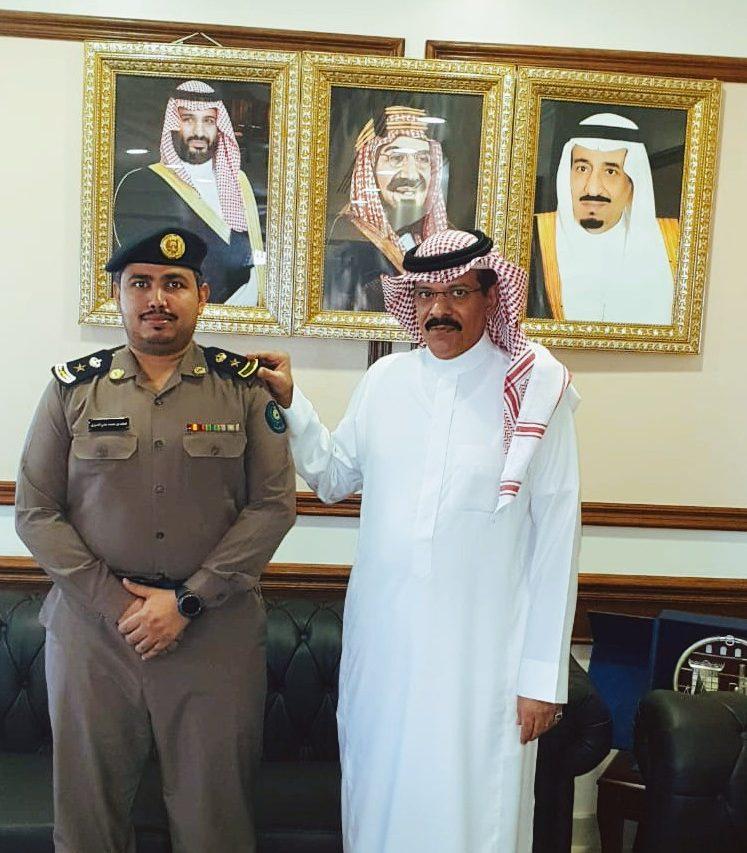 محافظ أملج يقلد مدير ادارة الدفاع المدني المقدم خالد محمد علي العروي رتبته الجديدة ( مقدم )