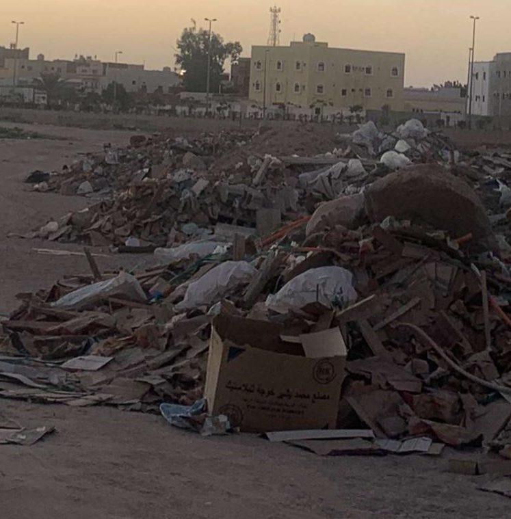 حي البطحاء يعاني من تكدس الدمارات والنفايات