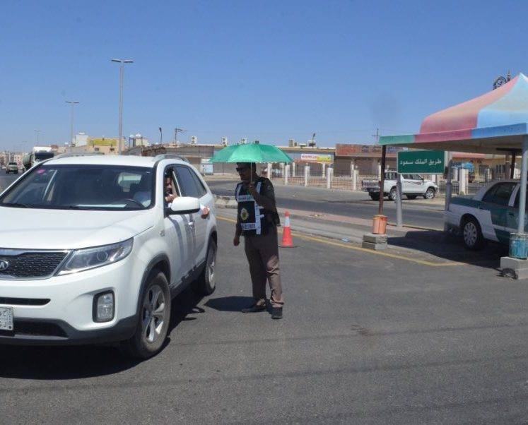 مظلات للدوريات الأمنيه أثناء منع التجول الكلي بمحافظة أملج