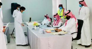 فريق تطوعي مع قادة المدارس بمحافظة أملج يسلم شهادات الثانوية العامة