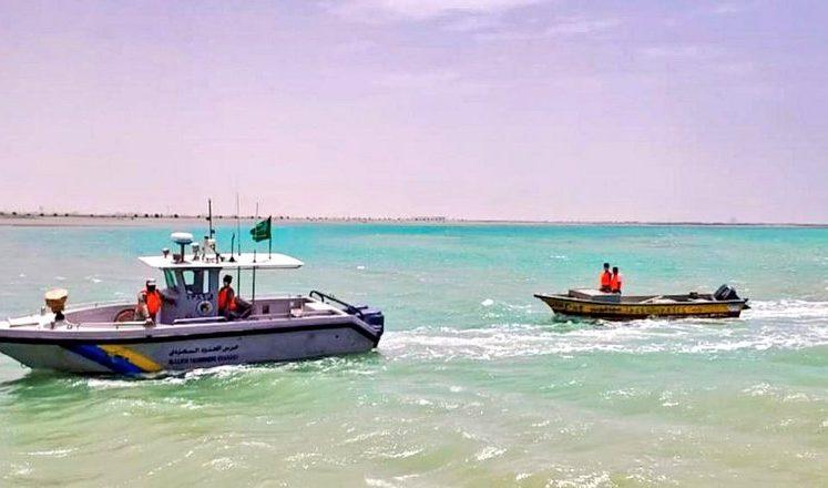 ينبع.. حرس الحدود ينقذ شخصين تعطل قاربهما في عرض البحر