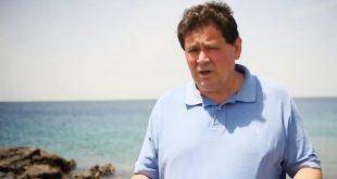 السفير البريطاني من شواطئ أملج يتفاعل مع قصة جنوح عشرات الدلافين